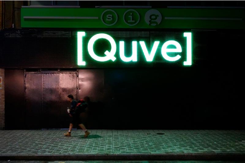 nueva fachada quve cartel fluorescente cerde con persona andando