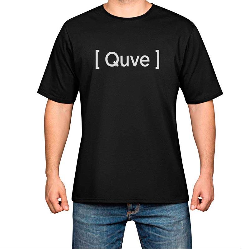 hombre con camiseta negra quve letras blancas