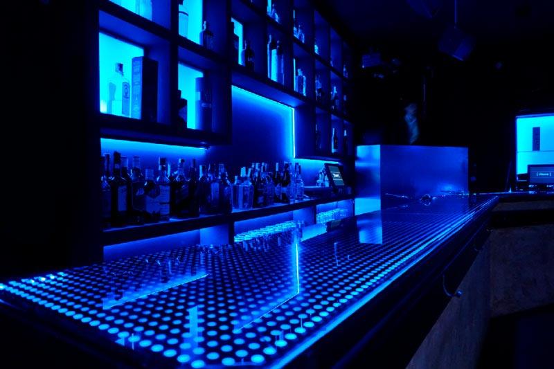 esquina barra quve luces azules